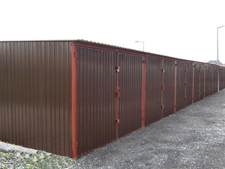 Szereg brązowych garaży